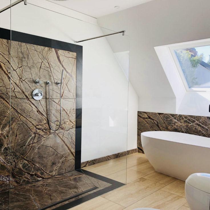 Badezimmer mit Travertin Beige-Boden und Rain Forest-Wandfliesen