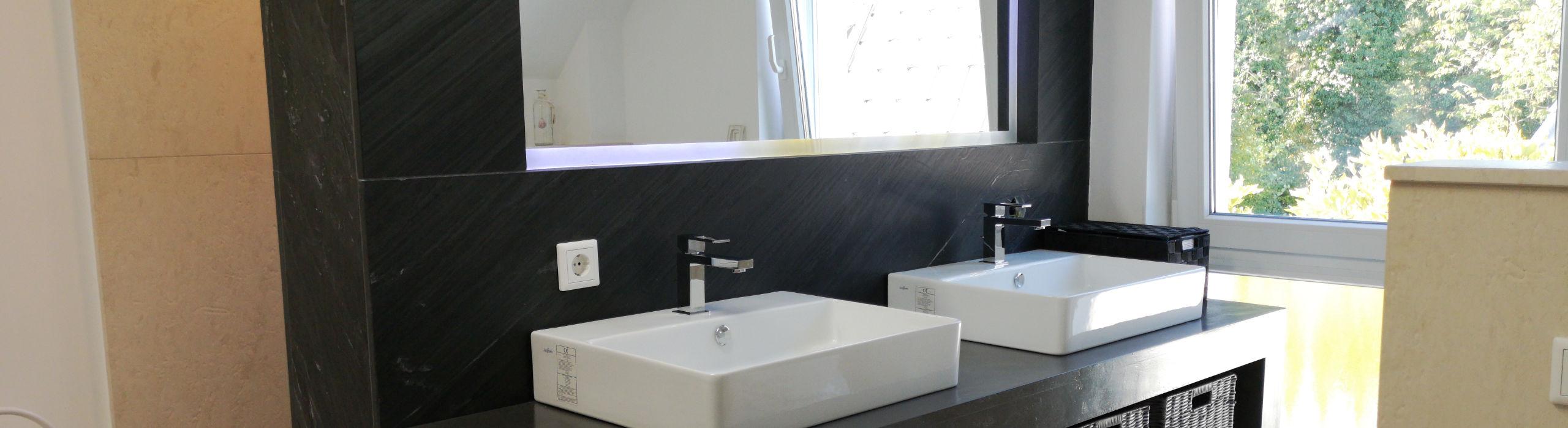 Badezimmer mit Iron-Black-Wänden