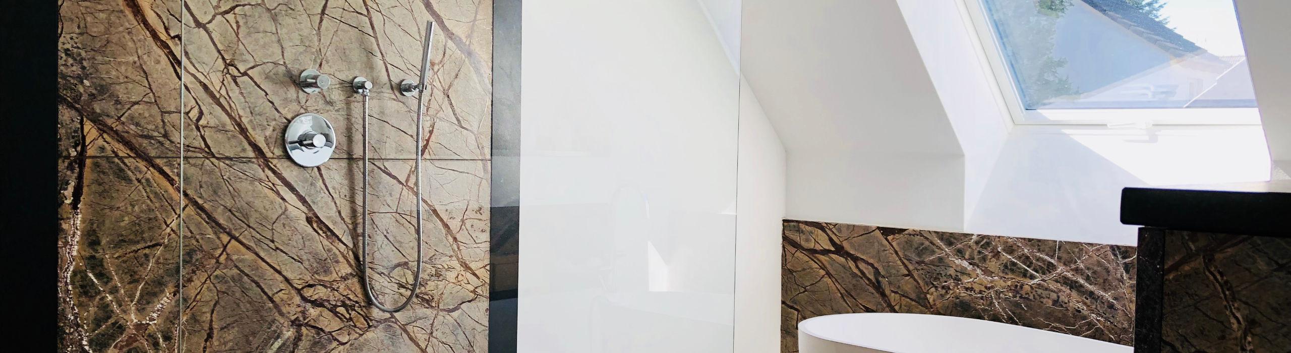 Ein Bad von AS Natursteinwerk Gelsenkirchen, welches mit Travertin Beige- und Rain Forest-Fliesen gestaltet wurde.