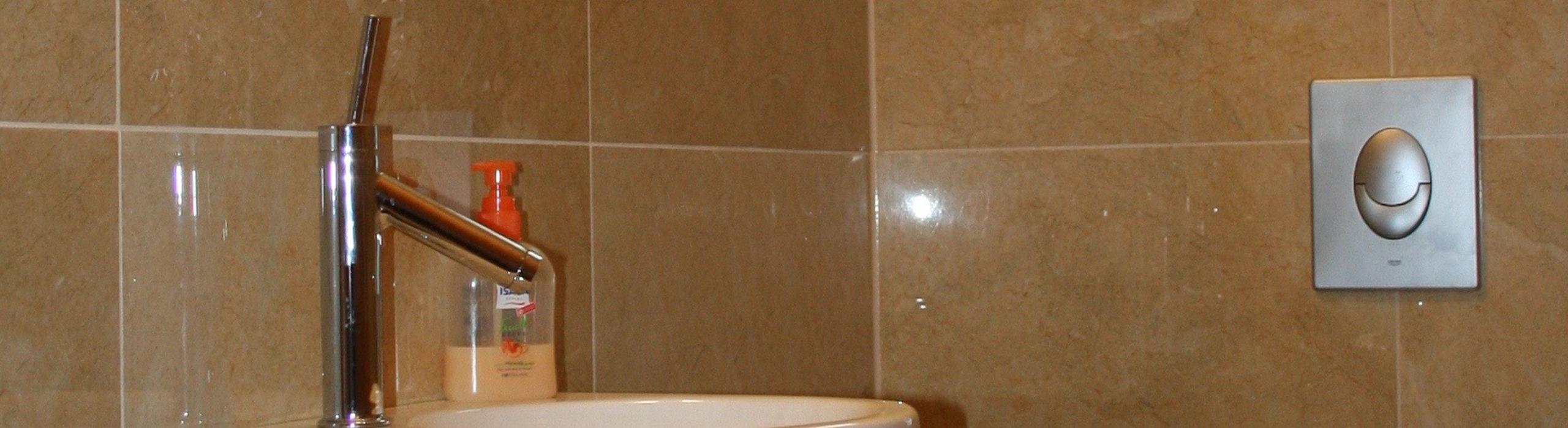 Gäste-WC mit Marron Emparador- und Spanish Gold-Fliesen