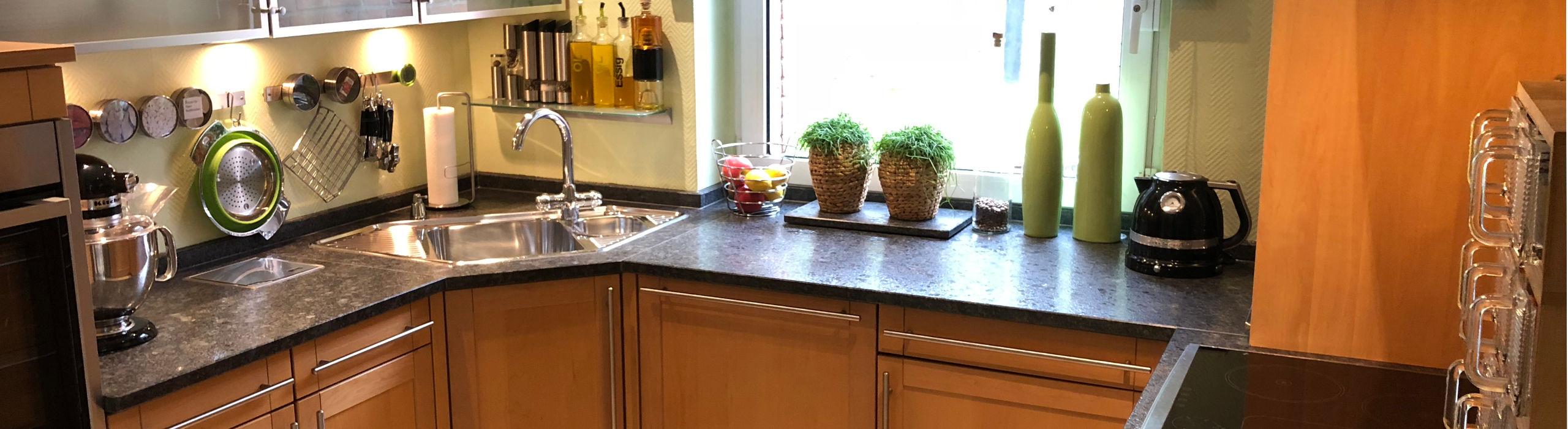 Küche mit Steel Grey-Küchenarbeitsplatte